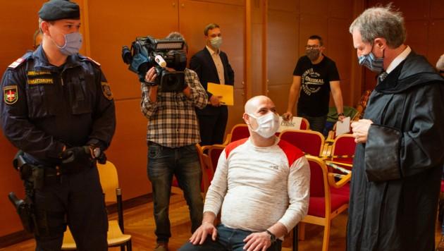 Der Angeklagte und sein Verteidiger trugen jeweils Schutzmasken. (Bild: FOTOKERSCHI.AT / BAYER)