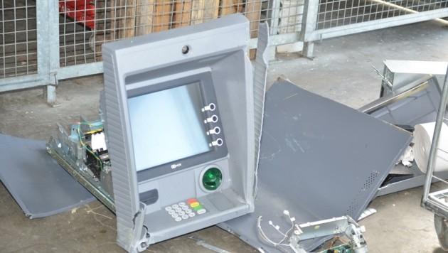 Das blieb übrig, wenn ein Bankomat aus der Verankerung gerissen wurde (Bild: christian schulter)