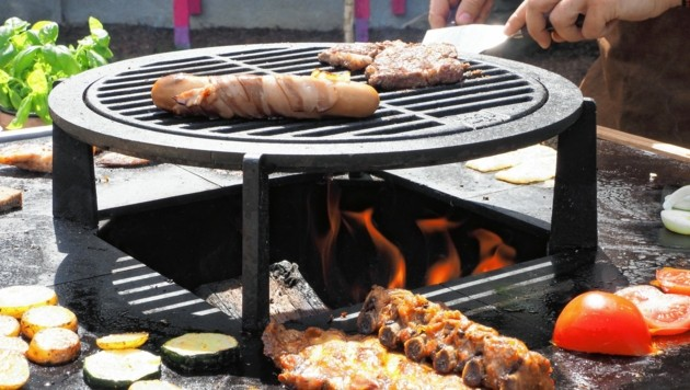 Das Grillen auf Feuerplatten ist heuer bei allen sehr beliebt. (Bild: Gabriele Moser)