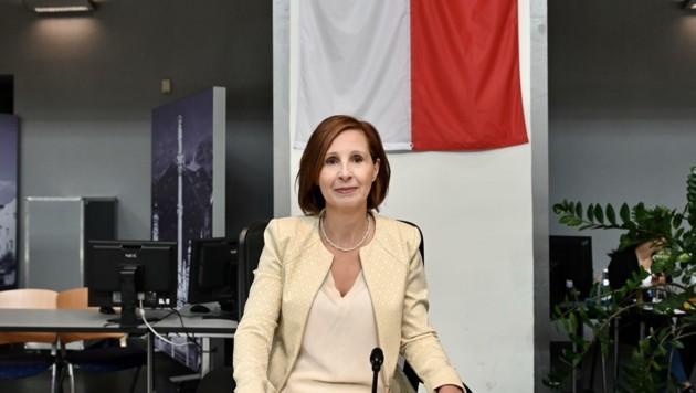 LR Gabriele Fischer stand den Abgeordneten von Opposition und Regierung drei Stunden lang Rede und Antwort. (Bild: Liebl Daniel)