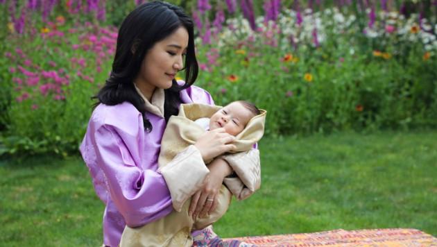 Königin Jetsun Pema blickt liebevoll auf ihren zweitgeborenen Sohn. (Bild: AFP)