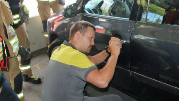 Manuel Mitterhuber konnte das Auto öffnen. (Bild: Feuerwehr Linz)