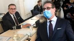 Ex-Vizekanzler Heinz-Christian Strache vor seiner Anhörung im Ibiza-U-Ausschuss. (Bild: APA/HELMUT FOHRINGER, krone.at-Grafik)