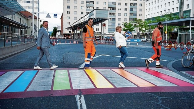 Der Regenbogen Zebrastreifen als Symbol der Liebe (Bild: Karin Wernig)