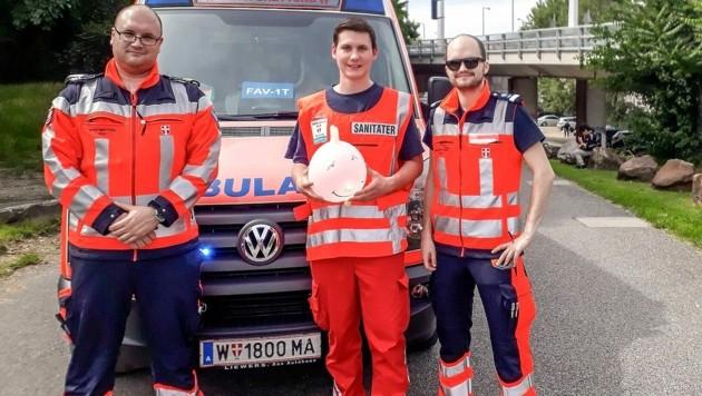 Notfallsanitäter Daniel S., Zivildienstleistender Lukas H. und Notfallsanitäter Stefan S. kümmerten sich um die Kinder. (Bild: Berufsrettung Wien )