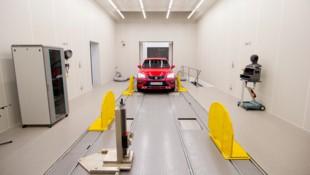 Die Automobilindustrie verwendet reflexionsfreie Räume, um die von einem Auto erzeugten Geräusche zu definieren und den Lärm zu minimieren. (Bild: Seat)