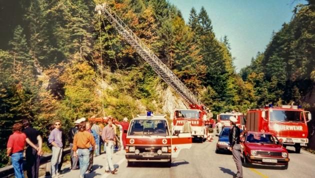 1991, bei einem Verkehrsunfall an der Eiberg Bundesstraße, wurde erstmalig ein verunfallter Motorradfahrer mittels einer Drehleiter der Freiwilligen Feuerwehr mit dem Seil geborgen. (Bild: Dr. Wolfgang Hengl)