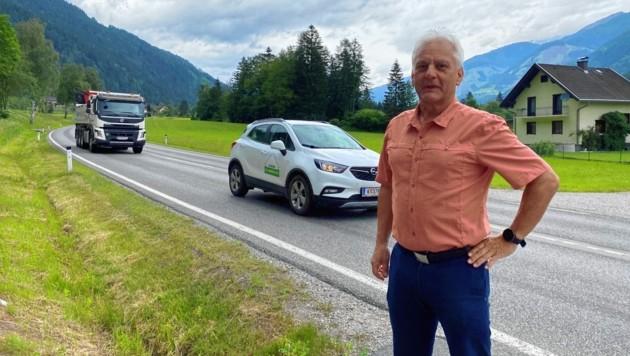 Bürgermeister Kurt Felicetti zeigt, wo die beiden neuen Bushaltestellen errichtet werden sollen. (Bild: Elisa Aschbacher)