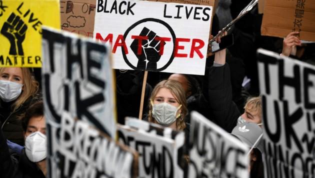 In London kamen tausende Demonstranten zusammen, obwohl die Behörden dazu aufgerufen hatten, dies nicht zu tun. (Bild: AFP)