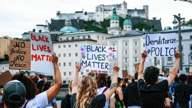 4000 Salzburger gingen am Samstag gegen Rassismus auf die Straße. (Bild: ANDREAS TROESTER)