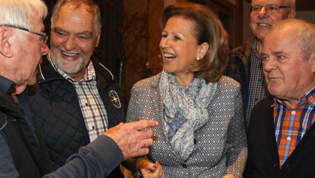 """Zoller-Frischauf inmitten ihrer Mitglieder: """"Wir sind eine große Familie, wir unternehmen viel!"""" (Bild: Seniorenbund)"""