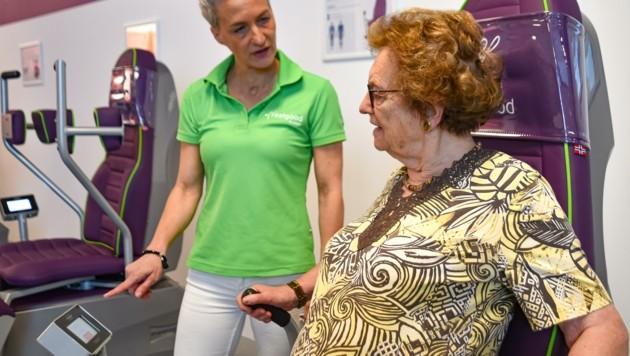 Studioleiterin Eva Stiefler (links) erkärt Edith Baumgartner die Funktionsweise des Gerätes. (Bild: Hubert Berger)