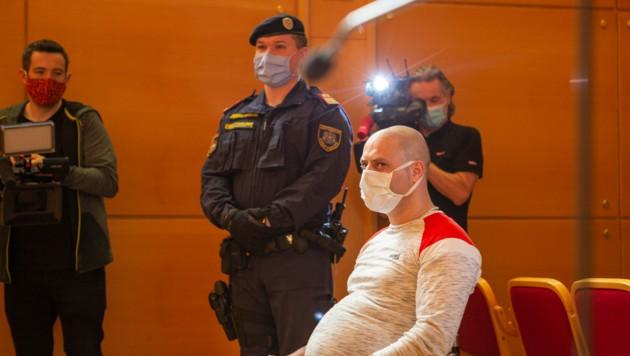 Lebenslang für den Zweifach-Mord in Wullowitz. Die Geschworenen in Linz entschieden am Freitag, 5. Juni, nach kurzer Beratung einstimmig. Jamal Ali Ahmad, der am 14. Oktober 2019 Flüchtlingshelfer David H. und Landwirt Franz G. brutal erstochen hat, nahm das Urteil mit starrer Mimik entgegen. Es ist noch nicht rechtskräftig. (Bild: FOTOKERSCHI.AT / BAYER)