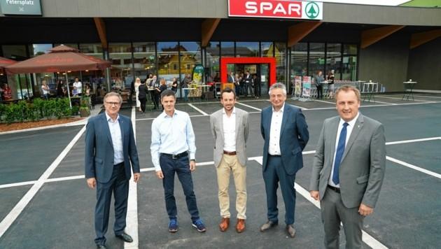 Christoph Holzer (Spar Steiermark) mit Heiko Lenz, Thomas Rossmann, Ewald Maier und Ortschef Reinhold Ebner (v. li.) (Bild: Sepp Pail)