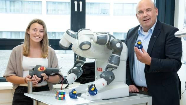 Armin Mahr (Bild rechts) will künftig mehr junge Frauen für die Technik-Fachhochschule in Wiener Neustadt begeistern (Bild: DORISSEEBACHER)