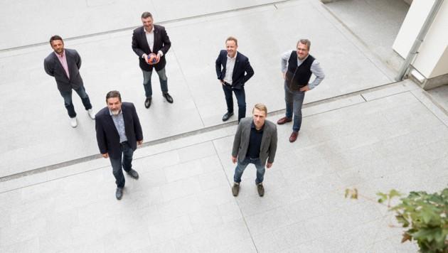 Heinz Rumpold und Karl-Heinz Weiland (vorne) mit Trainer Dino Poje, Präsident Jörg Leichtfried und den Bürgermeistern Mario Abl aus Trofaiach und Peter Koch aus Bruck (v.li.) (Bild: Stadt Bruck/Meieregger)