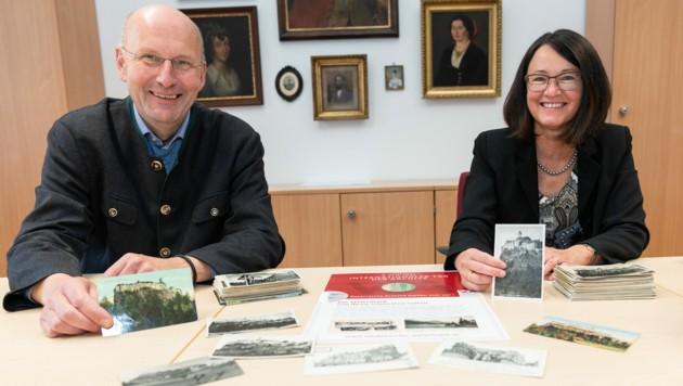 Die Historiker Peter Wiesflecker und Elisabeth Schöggl-Ernst vom Steiermärkischen Landesarchiv mit alten Ansichtskarten von der Riegersburg. (Bild: steiermark.at/Streibl)
