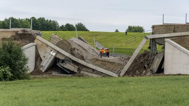 Experten der TU Wien und der Straßenbau-Abteilung prüfen (Bild: Paul Plutsch)