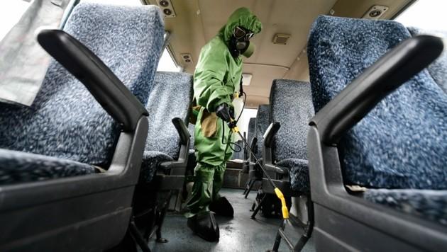 In Russland werden die öffentlichen Verkehrsmittel und Busse desinfiziert. (Bild: AFP)