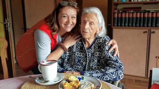 Die 102-jährige Ilse H. - hier mit ihrer Pflegekraft - weiß sich zu helfen. (Bild: Ray Nemo)