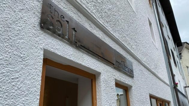 """Das Schild hängt bereits, in knapp zwei Wochen öffnen """"The Salt Residences"""" in Hallein. (Bild: Privat)"""