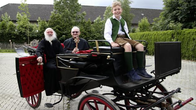 Fronleichnam in Zeiten von Corona in Siezenheim: Diakon Albert Hötzer und Prälat Johann Reißmeier nehmen heuer die Kutsche. (Bild: Andreas Tröster)