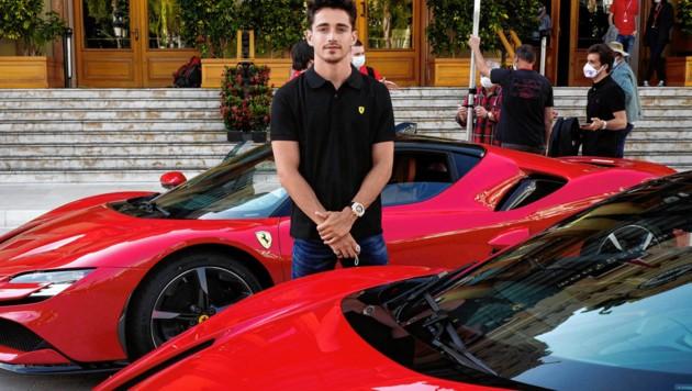 Ferrari-Star Charles Leclerc stand zuletzt in Monaco für Filmdreharbeiten vor der Kamera. (Bild: APA/AFP/VALERY HACHE)