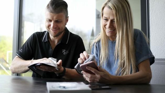 Reinfried Herbst mit Ehefrau Manuela schwören auf das Microclean-Tuch, haben daheim in Wals einen eigenen Vertrieb gegründet. (Bild: Tröster Andreas)