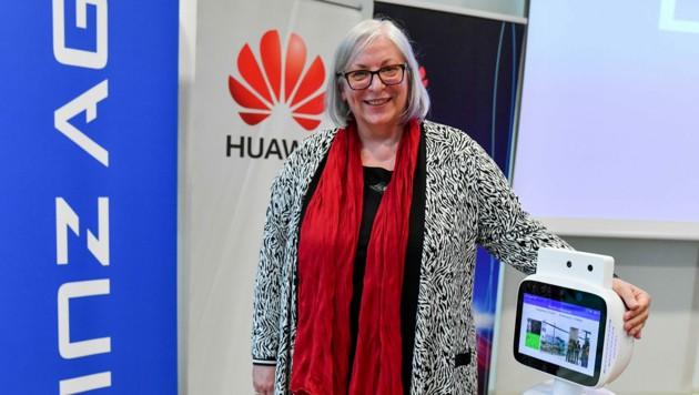 Judith Stumpf (62) leitet ein Seniorenzentrum, in dem ein Roboter die Gäste begrüßt. (Bild: Harald Dostal)