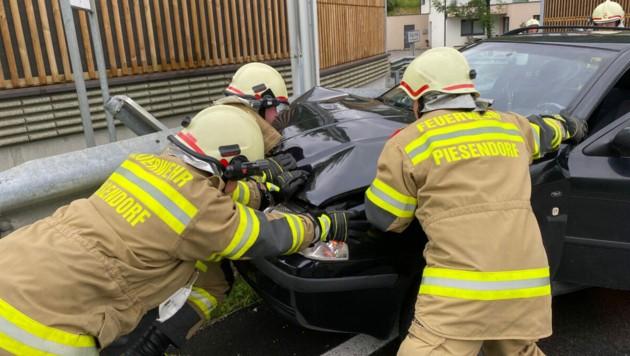 Die freiwillige Feuerwehr von Piesendorf war mit 24 Mann und 2 Fahrzeugen im Einsatz. (Bild: Freiwillige Feuerwehr Piesendorf)