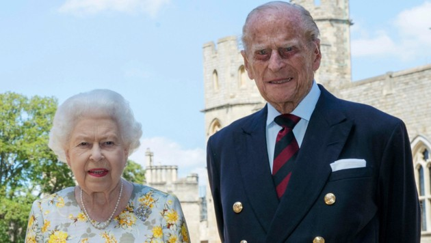 Queen Elizabeth II. und Prinz Philip posieren am 1. Juni 2020 vor Schloss Castle für das Foto zum 99. Geburtstag des Herzogs von Edinburgh.
