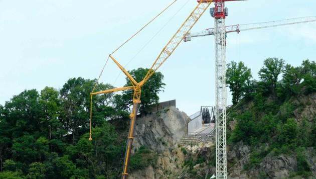 Der freistehende Turmkran (weiß) ist 105 Meter hoch. (Bild: Horst Einöder)