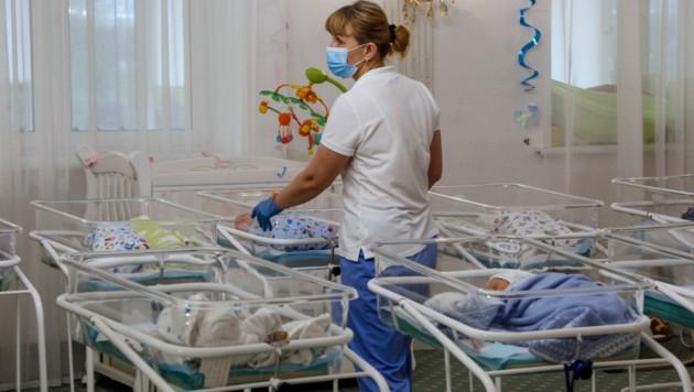 Krankenschwestern kümmern sich um die Babys der Leihmütter, deren Eltern nicht in die Ukraine einreisen dürfen. (Bild: AP)