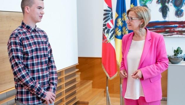 """Mikl-Leitner mit """"ihrem"""" IT-Lehrling Alexander Rauscher (Bild: NLK/Filzwieser)"""