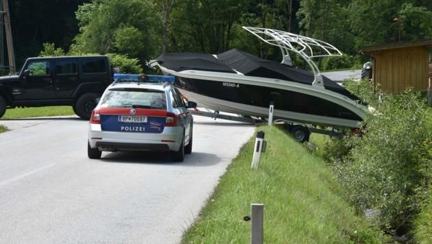 Statt im Wasser landete das Motorboot im Graben. (Bild: ZOOM.TIROL)