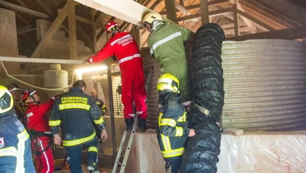 Einsatzkräfte bei der Rettungsaktion (Bild: HERMANN KOLLINGER)