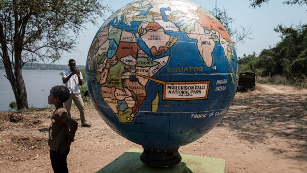 Eine Weltkugel im Murchison Falls National Park in Uganda. Afrika ist in Sachen Armutsgefährdung ein besonderes Sorgenkind. (Bild: APA/AFP/YASUYOSHI CHIBA)