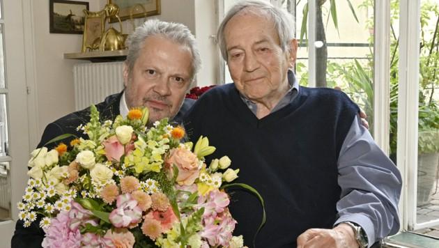 """Josefstadt-Direktor Herbert Föttinger (li.) und Otto Schenk. Zum 90er gabs einen Strauß - obwohl der Jubilar extra ein """"Geschenk- und Blumenverbot"""" ausgesprochen hatte, wie er gegenüber der """"Krone"""" verriet. (Bild: APA/HANS PUNZ)"""