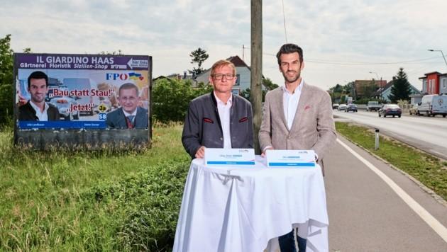 """Mit der Plakatkampagne: """"Bau statt Stau – Jetzt"""" will das FP-Duo Dieter Dorner und Udo Landbauer (re.) Druck ausüben. (Bild: Imre Antal)"""