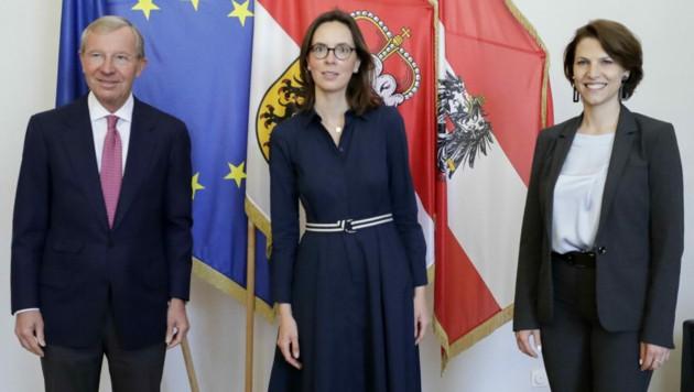 Salzburgs Landeshauptmann Wilfried Haslauer (ÖVP), Frankreichs Europaministerin Amelie de Montchalin und Europaministerin Karoline Edtstadler (ÖVP) (Bild: APA/BUNDESKANZLERAMT/ANDY WENZEL)