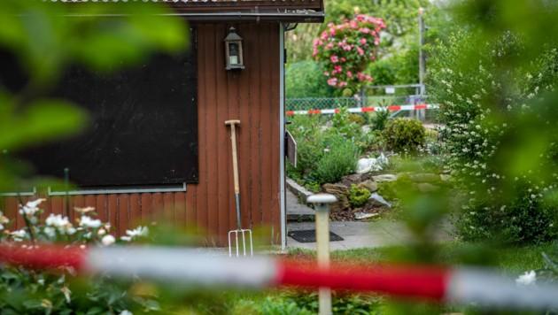 Absperrband umgibt das Grundstück mit einer Gartenlaube am Stadtrand von Münster. Dabei handelt es sich um einen der Tatorte des Haupttäters. (Bild: APA/dpa/Marcel Kusch)