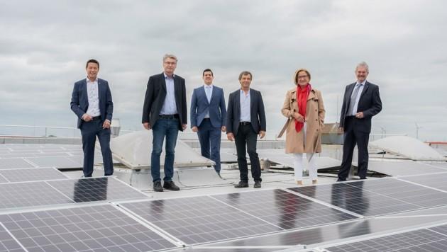 Einweihung hoch auf dem Dach: Mikl-Leitner und Wilfing (re.) inspizierten mit Kotányi- Team die neue Fotovoltaik-Anlage. (Bild: NLK Pfeiffer)