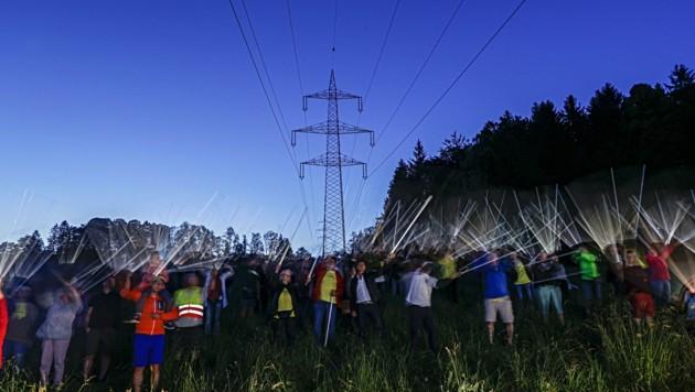 Bereits unter der 220-kV-Leitung leuchten Neonröhren ganz von selbst. (Bild: Tschepp Markus)