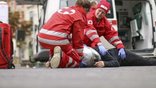851 Landsleute wurden 2019 bei Mopedunfällen verletzt. Da ist Erste Hilfe wichtig. Das Rote Kreuz OÖ hat dazu Online-Angebote mit Video-Tutorials und Erste-Hilfe-Tipps. (Bild: Österreichisches Rotes Kreuz)
