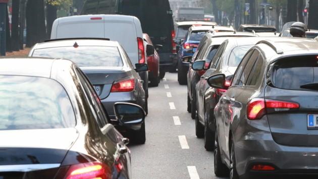 St. Pöltens meistbefahrener Straße, die Mariazeller Straße (B20), wird mitten im Frühverkehr von S34-Befürwortern gesperrt. Das sorgt für Riesenwirbel. (Bild: Karl Schöndorfer/picturedesk.com)
