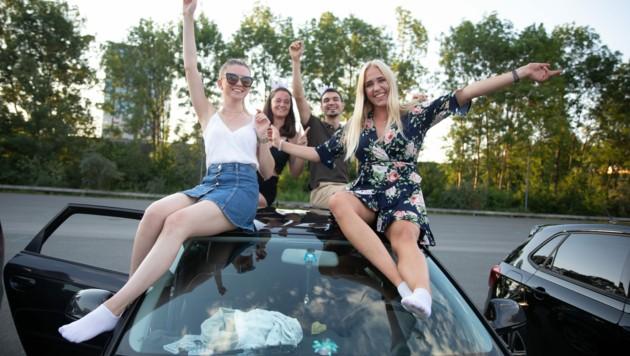 Die moderne Party steigt am Auto – der Jugend gefällt's (Bild: Doris Wild)