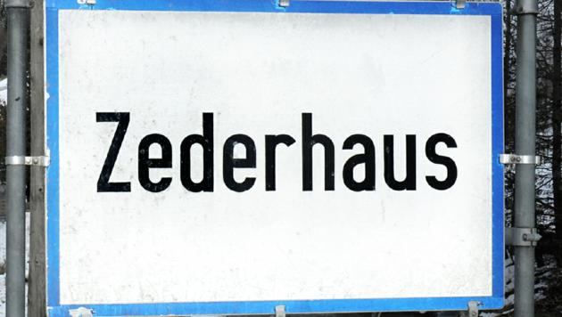 """Im Bild die echte Ortstafel von Zederhaus. Die """"Fälschung"""" stand kurzzeitig in Tamsweg. (Bild: Roland Holitzky)"""