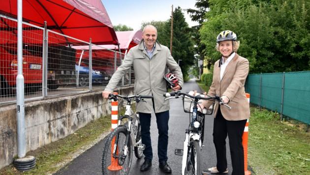 Bürgermeisterin Dr. Eva Maria Posch und Ing. Peter Angerer, Leiter des Stadtbauamts, beim Lokalaugenschein des neuen Radwegabschnitts. (Bild: Stadt Hall in Tirol)