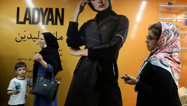 Gesundheitsexperten im Iran führen den erneuten Anstieg der Covid-19-Opferzahlen auf die Lockerung der Maßnahmen zurück. (Bild: AP)