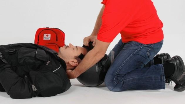Bei der Entfernung des Helms beachten, dass der Nacken gut gestützt wird. (Bild: ÖRK / Markus Hechenberger)
